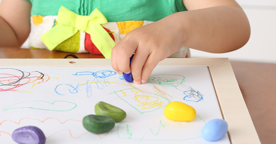 2歳のバースデーは絵本、お絵かきセット、三輪車やキッズバイクなど、子どもの興味にそったおもちゃで好奇心を刺激