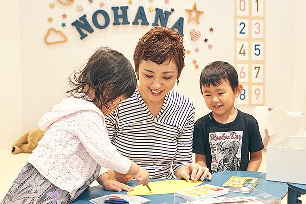 OYACO nohana(オヤコノハナ)のワークショップで工作中の横峰沙弥香さんと、長男・まめちゃんと長女・ゆめこちゃん