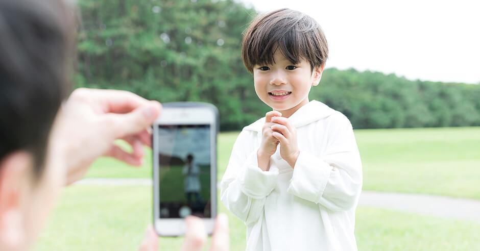 写真を撮影する親子