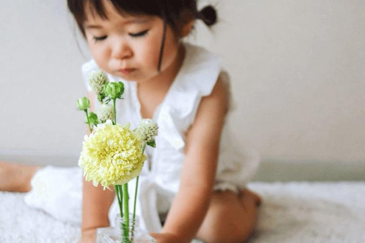 子供がBloomee LIFE(ブルーミーライフ)で届いた花を眺めているところ