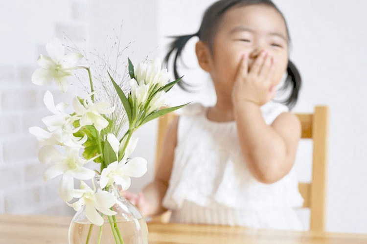 子供がBloomee LIFE(ブルーミーライフ)で届いた花を見て喜んでいるところ