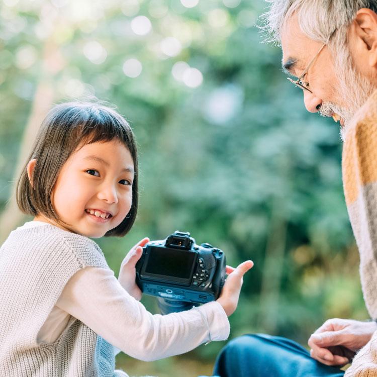 おじいちゃんと写真をとる孫