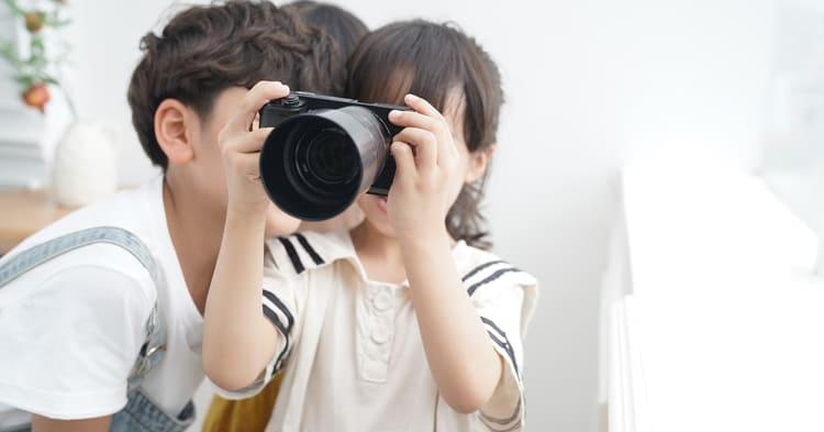 写真整理_カメラを覗く子ども