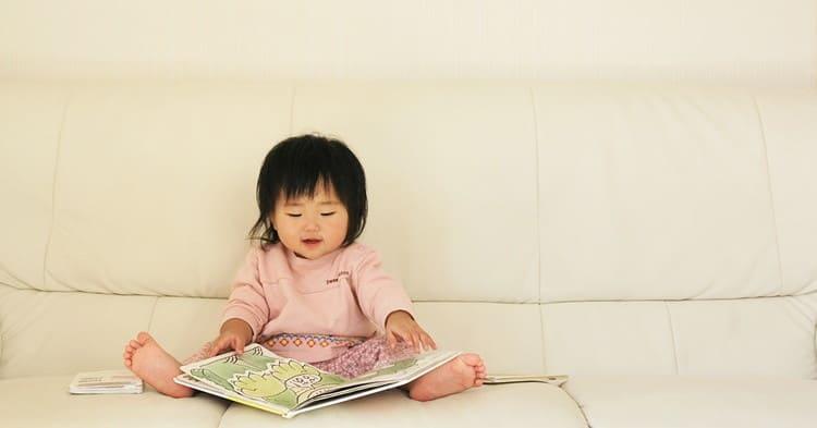 絵本を読む幼児