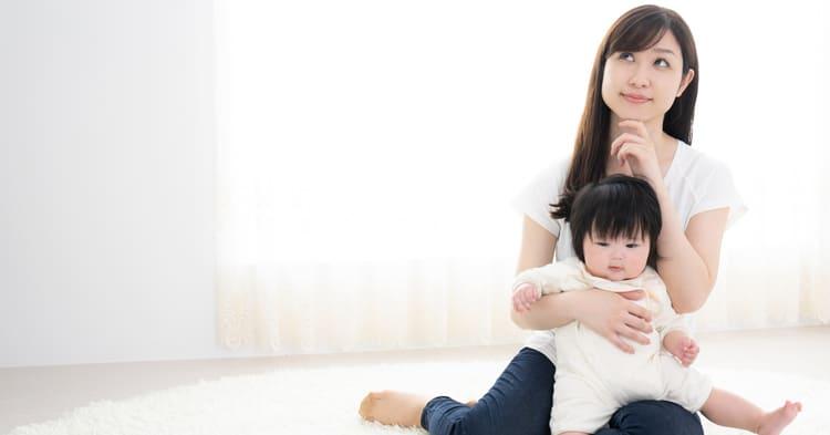考えるママと赤ちゃん