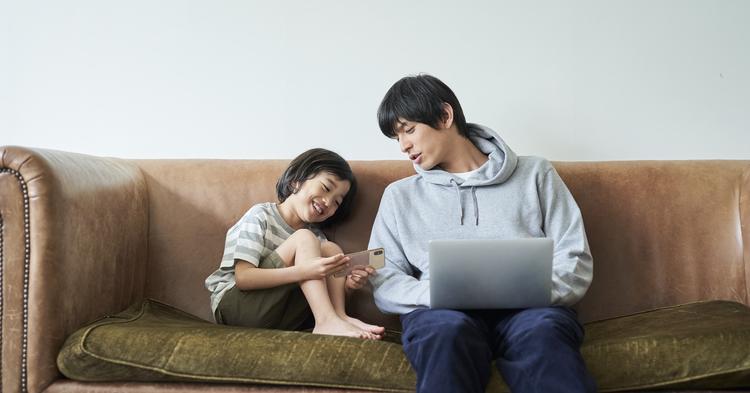 ソファーに座るパパと子ども