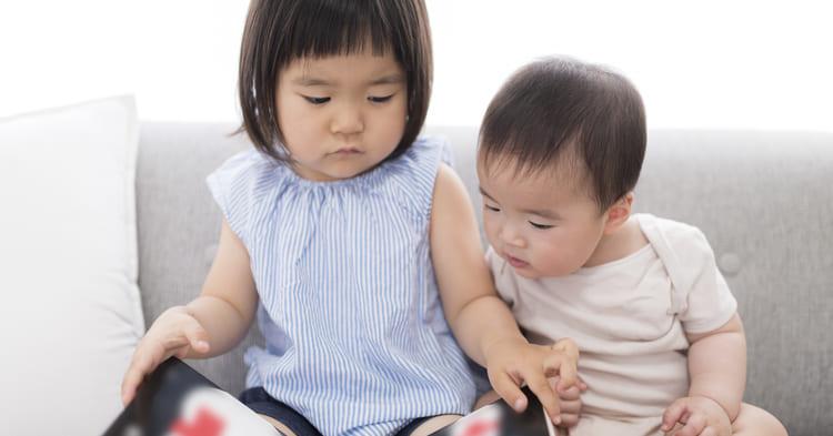絵本を読む乳児と幼児