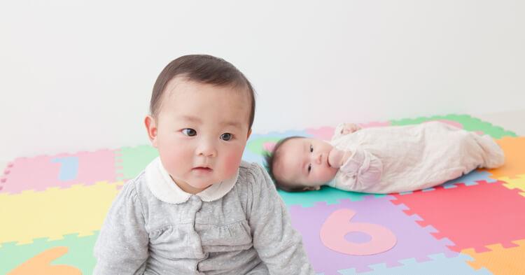 ジョイントマットに座る赤ちゃん