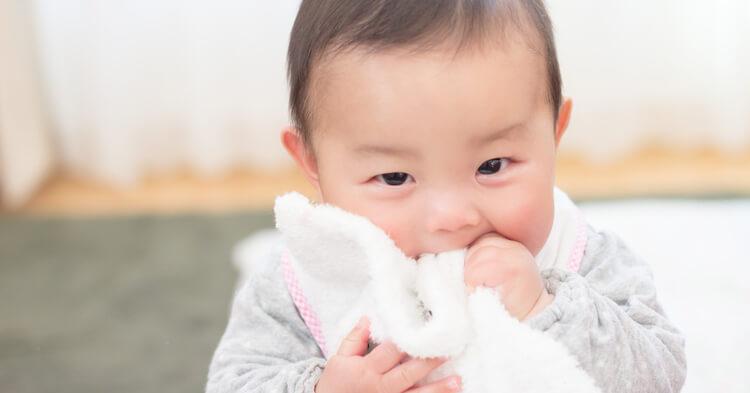 ブランケット_噛む赤ちゃん