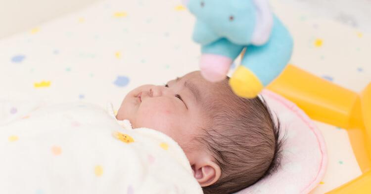プーメリーの下で寝る赤ちゃん