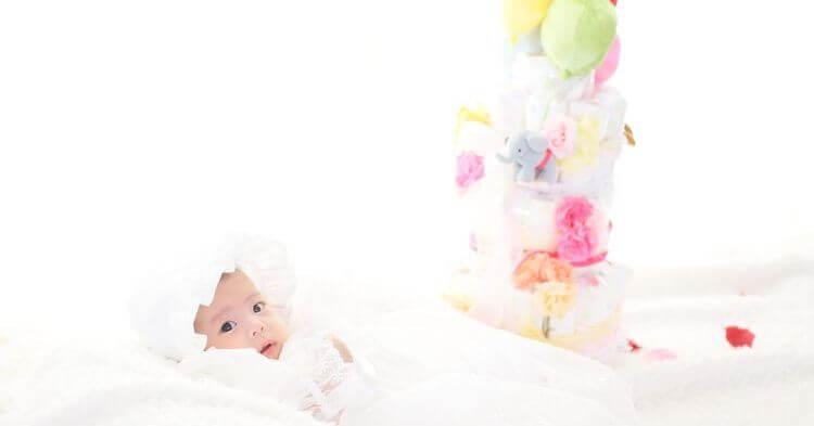 ニューボーンフォト_おむつケーキと赤ちゃん