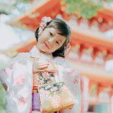 七五三_神社の前で撮影する子ども