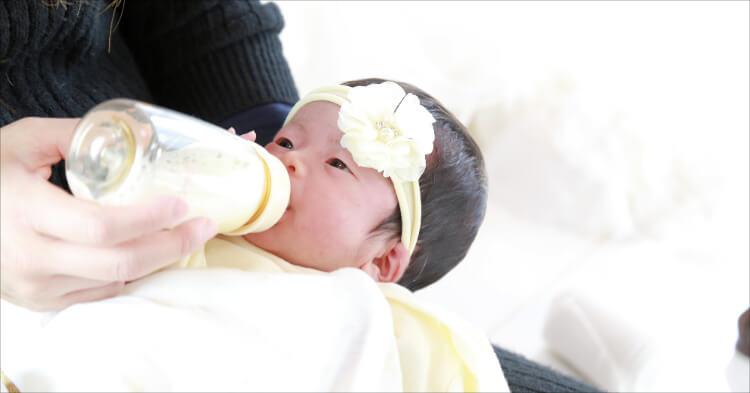 頭に小物をつけてる赤ちゃん
