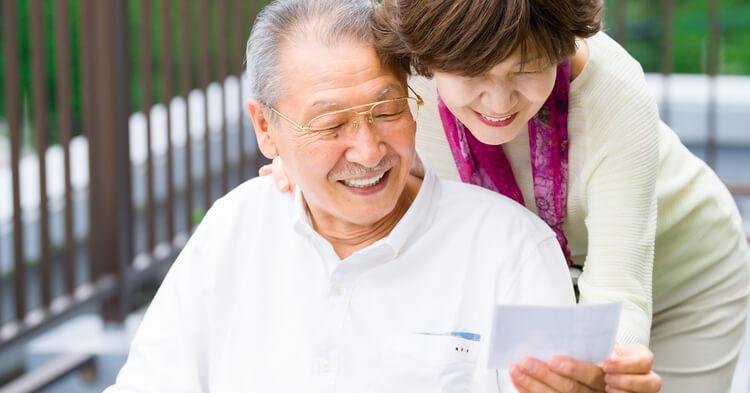 ノハナ年賀状_挨拶状を見る祖父母