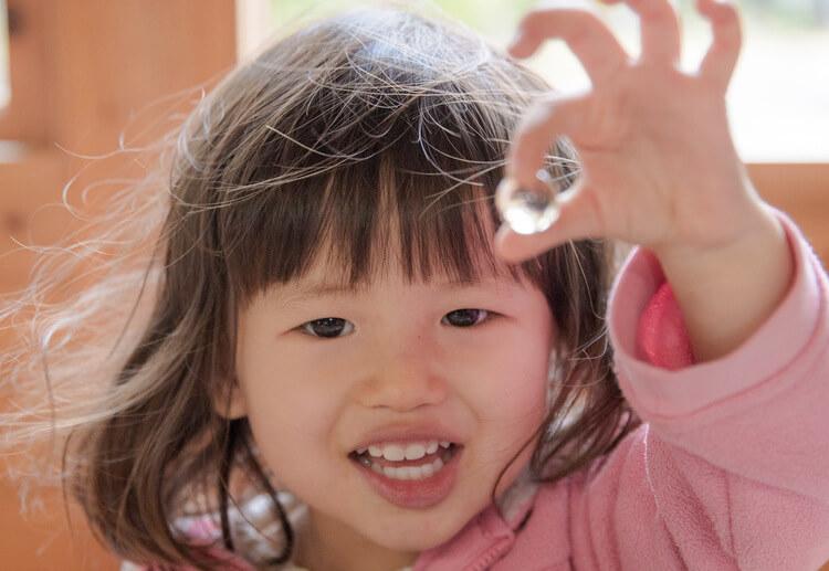 年賀状写真 ビー玉を手にした女の子