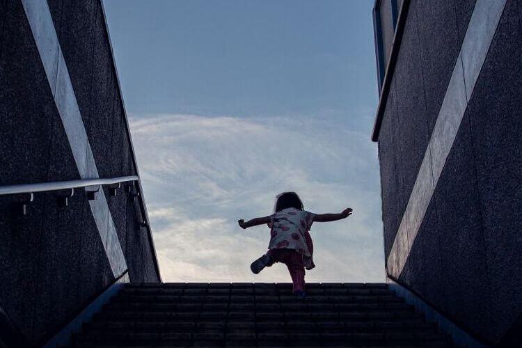 年賀状写真 階段を駆け上がる女の子
