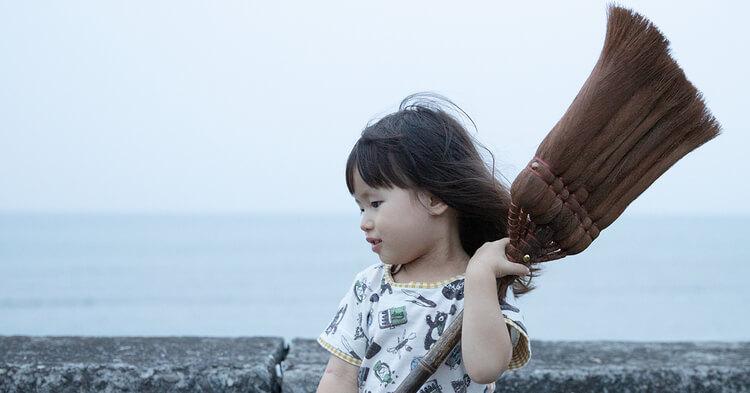 年賀状写真 アイキャッチ 箒を持つ女の子