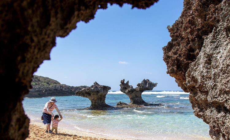 年賀状写真 海辺の岩場の親子