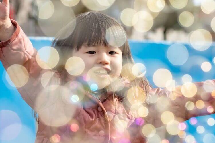 年賀状写真 シャボン玉遊びをする女の子