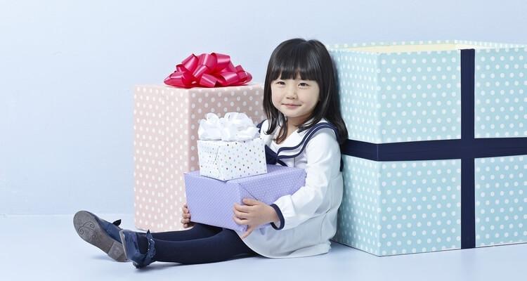 年賀ガイド記事 キャンペーン情報 女の子とプレゼントボックス
