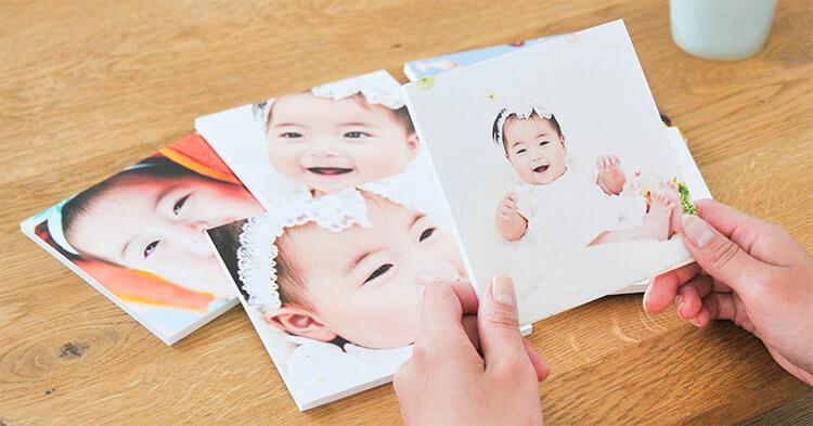 子供の写真を整理している様子